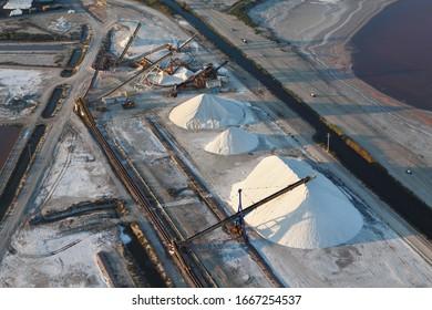 Photographie aérienne de la production industrielle de sel à Aigues-Mortes, département du Gard, région du Lanquedoc-Roussillon, Camargue, sud de la France