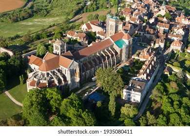 Aerial photograph of Sainte-Marie-Madeleine de Vézelay basilica, in  Yonne department 89450, Bourgogne-Franche-comté region, France
