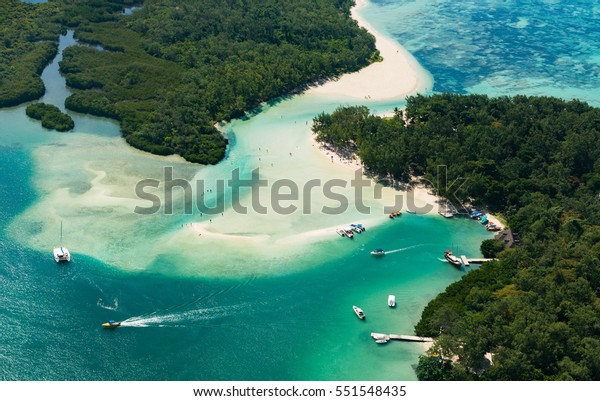 Luftbild der Insel Mauritius. Bootfahren um l'ile aux Cerfs in der schönen Lagune von Mauritius