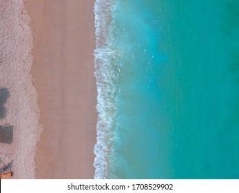 Playa aérea de arena rosa Indonesia