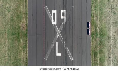 Photo aérienne de haut en bas de la piste abandonnée de l'aéroport Tempelhofer Feld en anglais Templehof Field historiquement, était une région de Berlin utilisée pour la pratique militaire et comme terrain de défilé de la garnison