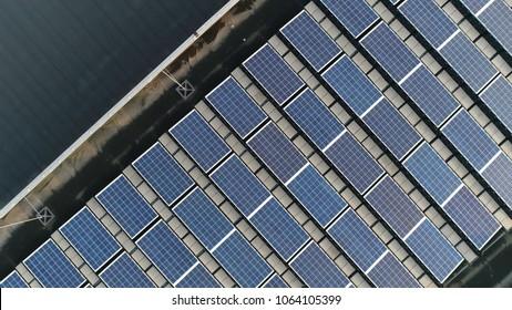 Photo de dessus en haut des panneaux solaires Les modules photovoltaïques montés sur des panneaux photovoltaïques à toit plat absorbent la lumière du soleil comme source d'énergie pour produire de l'électricité créant de l'énergie durable