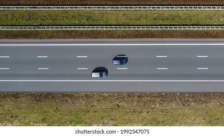 Vue aérienne de haut en bas d'une autoroute à trois voies
