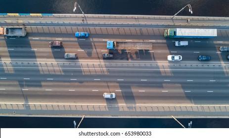 Vista aérea en la parte superior del tráfico de automóviles puente de muchos coches, concepto de transporte