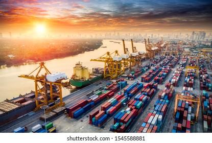 Frachtschiff mit Draufsicht im Import - Export Business Logistik und Transport von Containerfrachter mit Kranbrücke im Seeverkehr