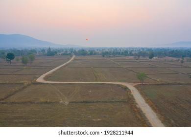 Luftbild von trockenem Rohreis, braune landwirtschaftliche Felder auf dem Lande, Gebirgstal in Asien, Chiang Mai, Thailand. Naturlandschaft. Die Ernte der Kulturen. Dürre