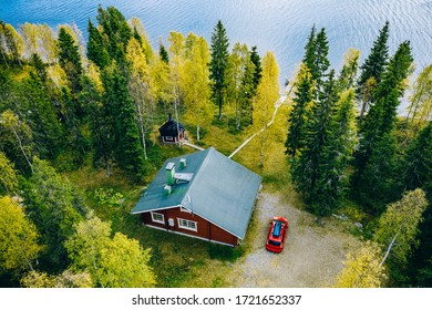 Vue aérienne de dessus de chalet ou de chalet avec sauna dans la forêt de printemps au bord du lac dans la campagne finlandaise
