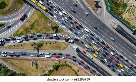 Vista aérea de la intersección de carreteras desde arriba, tráfico de automóviles y atasco de muchos camiones, concepto de transporte