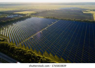 Luftbild eines Solarpaneelkraftwerks. Moderne Technologien, Klimaversorgung, Erdeinsparung, erneuerbare Energien - Konzept zur Bekämpfung der Erderwärmung
