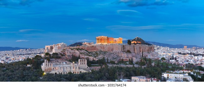 Luftbild des mit Parthenon gekrönten Akropolis-Hügels, oberhalb der Skyline der Stadt in Athen, Griechenland