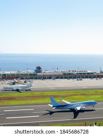 Luftbild der Start-Start-Landebahn auf dem internationalen Flughafen Madeira, Terminalgebäude im Hintergrund, Portugal