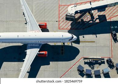 Luftsicht auf den Flughafen. Das Flugzeug fährt zum Terminal.