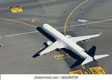 Luftsicht auf den Flughafen. Flugzeug, das vor dem Start in die Start-und Landebahn fliegt.