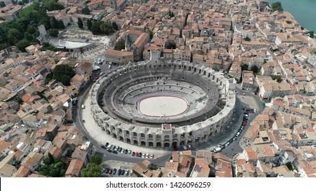 Vue aérienne de l'amphithéâtre d'Arles dans les arènes d'Arles est un bâtiment romain dans le sud de la France ce théâtre romain à deux étages est probablement l'attraction touristique la plus importante de la ville