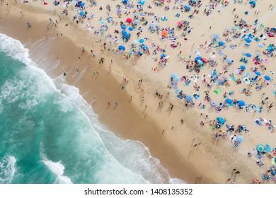 Vue aérienne des amateurs de plage à Asbury Park, New Jersey, le Memorial Day Weekend 2019