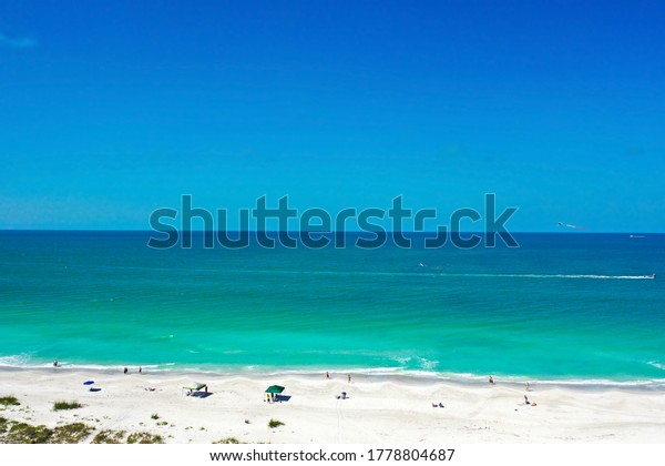 Ein Luftblick auf den schönen weißen Sandstrand von Anna Maria, Florida