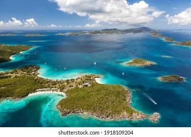 Luftbild von Caneel Bay auf der Insel St. John mit St. Thomas in der Ferne der Amerikanischen Jungferninseln.