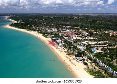 Luftbild der Küste von Porto Seguro mit grünem Wasser und blauem Himmel. Bahia, Brasilien