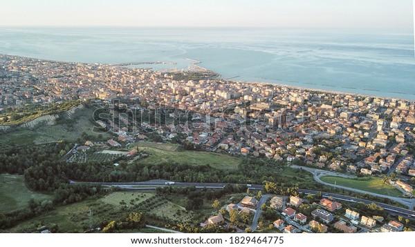 Vue aérienne depuis le drone San Benedetto del Tronto, une ville touristique d'Italie