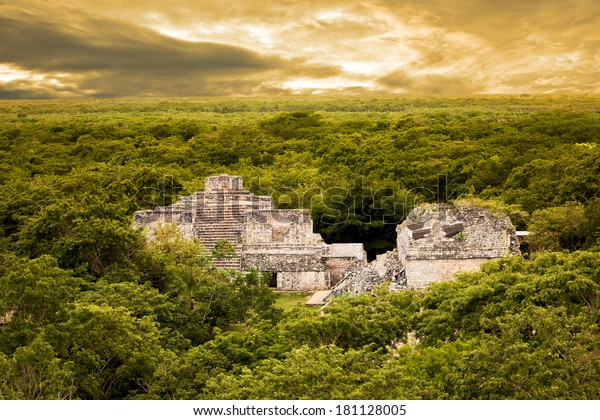 Vista aérea de Ek Balam (jaguar negro) rodeada de selva. Yacimiento arqueológico maya en Yucatán, México
