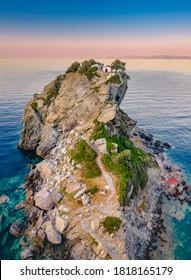 Luftbild der berühmten kleinen Kirche Agios Ioannis in Skopelos. Seine Lage in der Region Kastri, etwa 7km östlich von Glossa, nördlich von Skopelos Sporades Griechenland