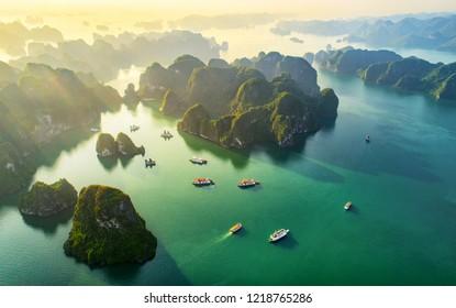 Letecký pohled plovoucí rybářská vesnice a skalní ostrov, Halong Bay, Vietnam, jihovýchodní Asie. Seznamu světového dědictví UNESCO Plavba do Ha Long Bay. Populární památka, slavná destinace Vietnamu