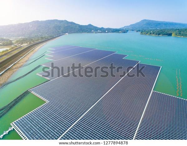 Vista aérea de paneles solares flotantes o plataformas de celdas solares en el lago