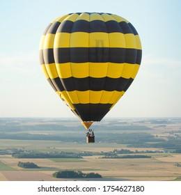 Vue aérienne d'une montgolfière au Centre Val-de-Loire, France, Europe