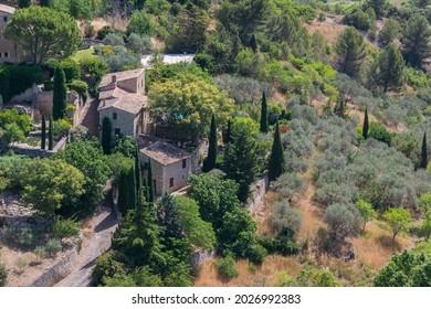 Vista aérea de las casas y campos de cultivo en el pueblo de Gordes en el parque natural de Luberon, Francia