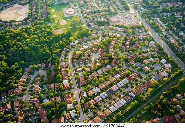 Vista aérea de casas en un suburbio residencial, Toronto, Ontario, Canadá. Foto aérea de Ontario canada 2016