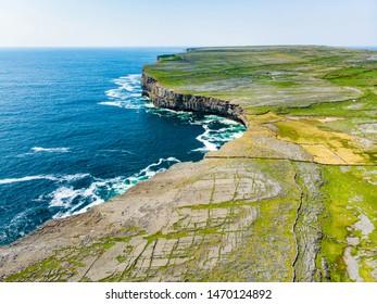 Vue aérienne d'Inishmore ou d'Inis Mor, la plus grande des îles Aran à Galway Bay, en Irlande. Célèbre pour sa forte culture irlandaise, sa loyauté à la langue irlandaise et sa richesse de sites anciens.