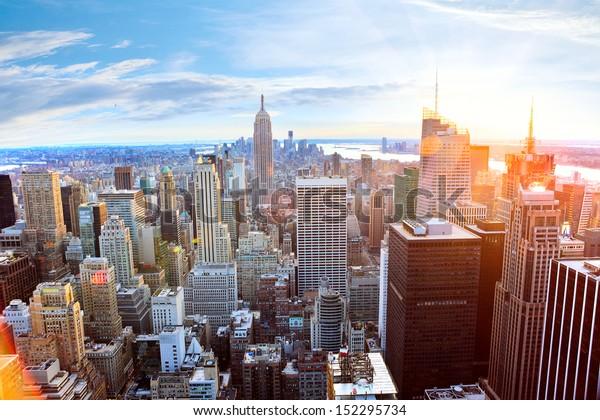 Luftbild der Skyline von Manhattan bei Sonnenuntergang, New York City