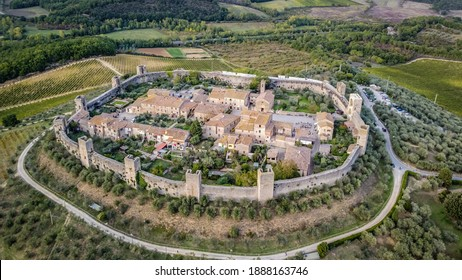 Luftbild des mittelalterlichen Dorfes Monteriggioni erhebt sich am südwestlichen Ende der Chianti-Region, italy, Europa