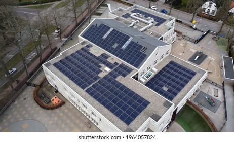 Vue aérienne d'un bâtiment moderne avec panneaux solaires sur le toit