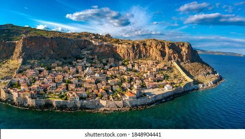 """Luftbild der alten mittelalterlichen Burgstadt Monemvasia in Lakonia Peloponnes, Griechenland. Monemvasia wird oft """"Das griechische Gibraltar"""" genannt"""