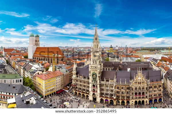 Luftaufnahme auf dem Marienplatz-Rathaus und Frauenkirche in München, Deutschland