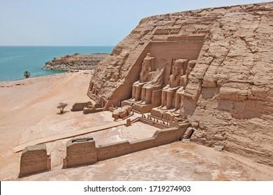 Luftblick über den Eingang zum antiken ägyptischen Tempel Ramses II in Abu Simbel mit riesigen Statuen zum Nasssee