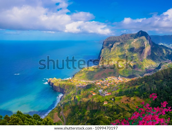 Aussicht auf Faial city Fort und Santana an der Küste der Insel Madeira, Portugal