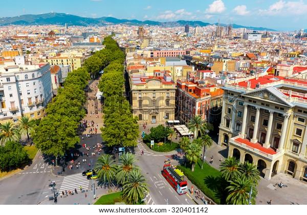 クリストファー・コロンブスの記念碑からラ・ランブラを見渡す空撮、左にエル・ラヴァルの四分の一、右にバリ・ゴトティックがスペイン、バルセロナ、カタロニアのバルセロナにある