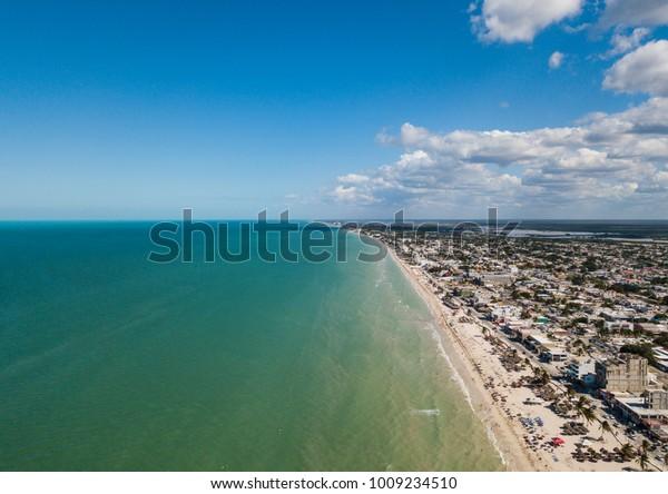 Playa de Aerial View Progreso en el norte de Yucatán, México. Progreso es una ciudad pacífica en México en la Península de Yucatán, Golfo de México. Foto aérea de una ciudad de México