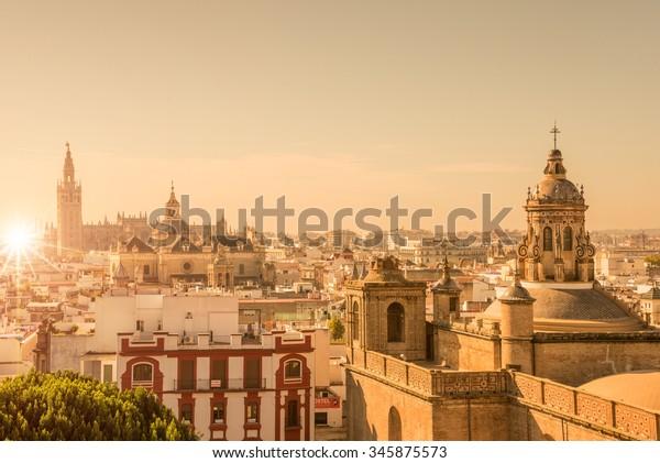 Luchtfoto van de daken en de kathedraal van Sevilla, Andalusië, Spanje