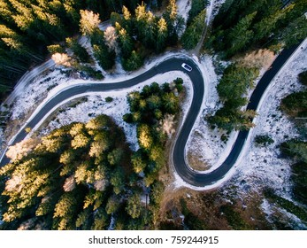 Vue aérienne d'une forêt de neige avec une route. Capturé d'en haut avec un drone. Dolomites - Italie