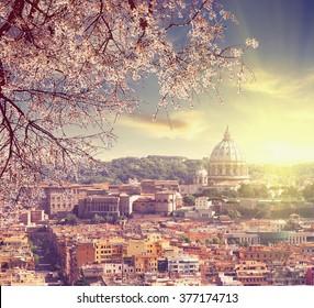 意大利罗马圣彼得大教堂鸟瞰图在春天日落反光拍摄复古彩色图片爱与旅行概念