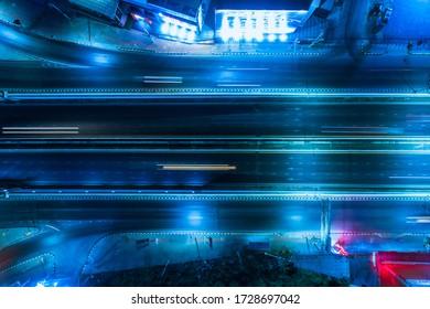 Luftaufnahme, Statische vertikale, obere Luftansicht des Verkehrs auf dem Autobahnkreuz in der Nacht.