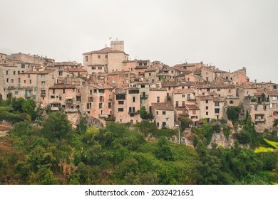 Vista aérea de Tourrette sur Loup, pueblo medieval en lo alto de una colina en la Riviera Francesa, Francia, Europa.