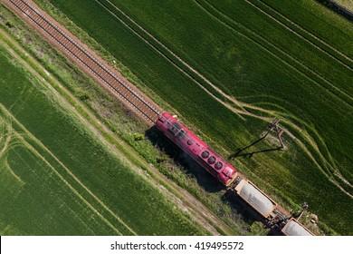 Luftbild des Zuges auf der Eisenbahnstrecke in Polen