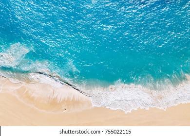 Luchtfoto naar tropisch zandstrand en blauwe oceaan