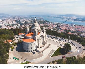 Luftbild von Viana do Castelo, Portugal, mit Basilika Santa Luzia Kirche, Aufnahme aus der Drohne