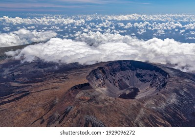 Luftblick auf den Vulkan Piton de la Fournaise auf der Insel La Reunion