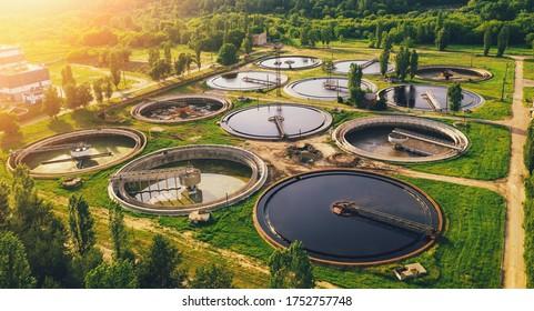 Luftbild der Kläranlage, Filtration von Schmutzwasser oder Abwasser.